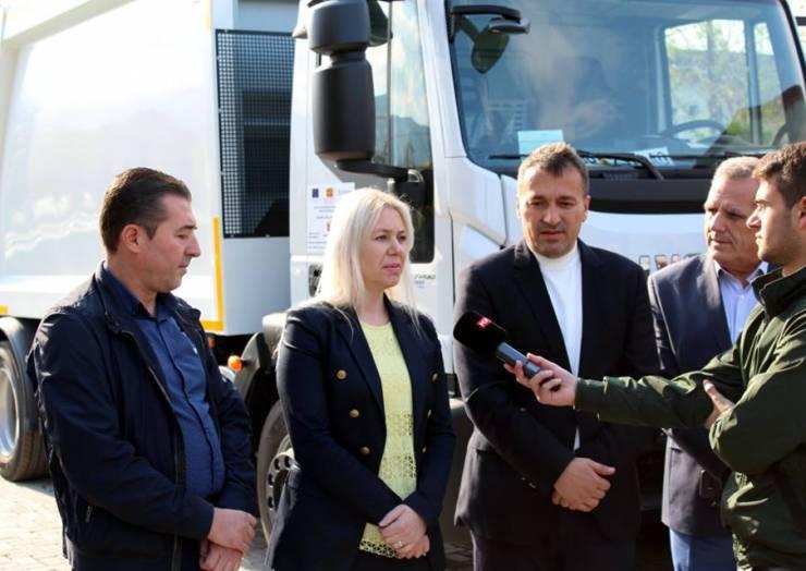 Komuna e Sarajit ka fituar një kamion të ri për grumbullimin e mbeturinave dhe 80 kontejner të plastikës