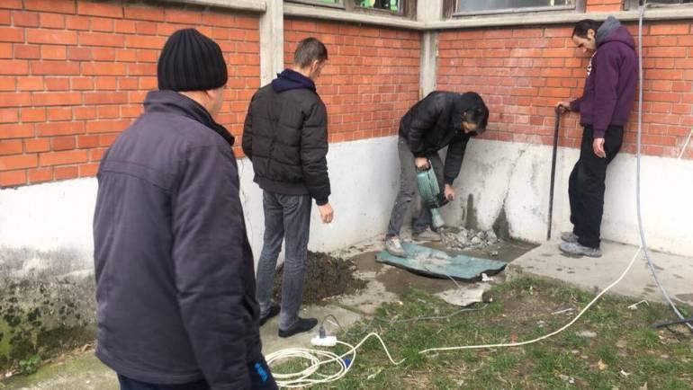"""Me iniciativë të Komunës së Sarajit, rregullohet kanalizimi fekale në Shkollën Fillore """"Bajram Shabani"""", në Kondovë"""