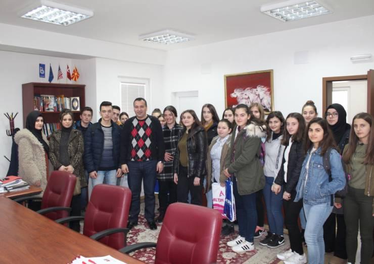 Kryetri I komunës së Sarajit Blerim Bexheti sot priti në vizitë nxënësit e Shkollës së Mesme Saraj.
