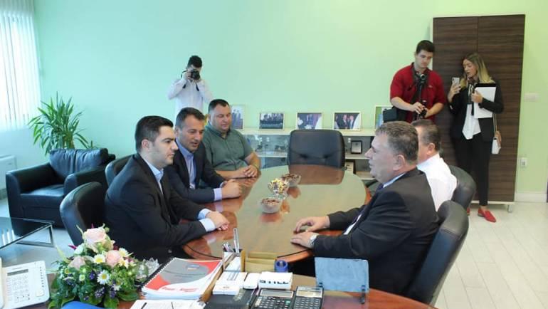Kryetari i Sarajit Bexheti dhe ministri i ekonomisë Bekteshi vizituan kompaninë Dauti Komerc