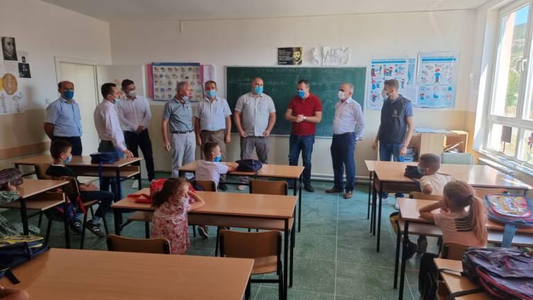 """Me iniciativë të organizatës humanitare Kalliri i Mirësisë dhe komunës së Sarajit, sot bashkë me kryetarin  z. Nexhat Lika vizituam shkollën fillore periferike """"Bedri Tairi"""" në Sfillare të Epërme. Në këte aktivitet humanitar u ndanë çanta dhe paisje shkollore për fëmijët të cilët fillojnë me vitin e rri shkollor, në të gjitha shkollat fillore në komunën tonë."""
