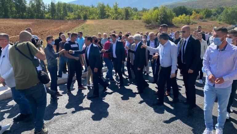 Në prezencë të kryetarit z.Ali Ahmeti, kryeministrit z. Zoran Zaev dhe kryetarit të qytetit të Shkupit z.Petre Shelegov sot përuruam rrugën e rekonstruar në  vendbanimin Bojanë.